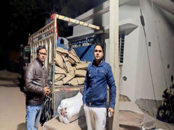 ट्रक में भरे केमिकल को दिखाते पुलिसकर्मी। - Dainik Bhaskar