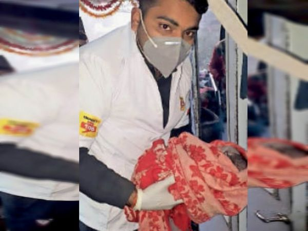 डिलीवरी के बाद 108 के कर्मचारी की गोद में नवजात बच्ची। - Dainik Bhaskar