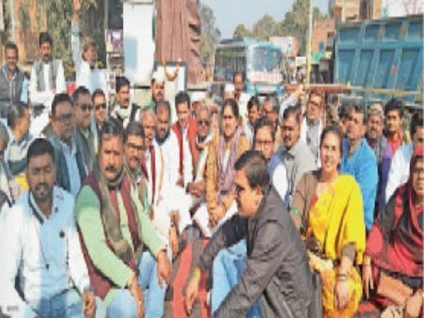 शहर के इंदिरा गांधी चौराहे पर धरना देते कांग्रेसी नेता - Dainik Bhaskar