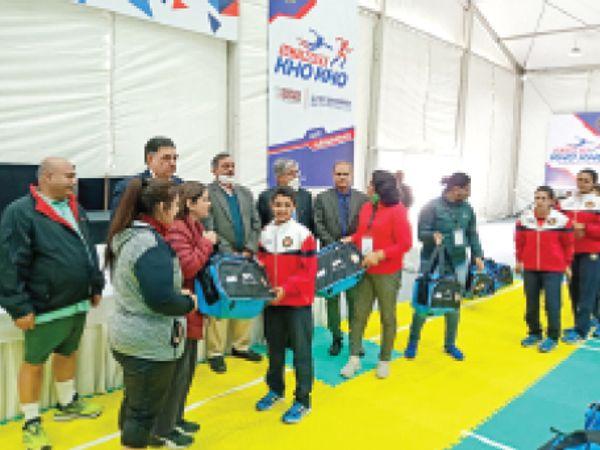 फरीदाबाद. मानव रचना यूनिवर्सिटी में नेशनल टीम के खिलाड़ियों को किट प्रदान करते फेडरेशन के पदाधिकारी। - Dainik Bhaskar
