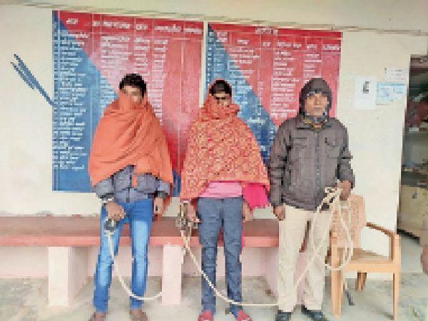 आरोपियों को हिरासत में भेजते दिघलबैंक थाना की पुलिस। - Dainik Bhaskar