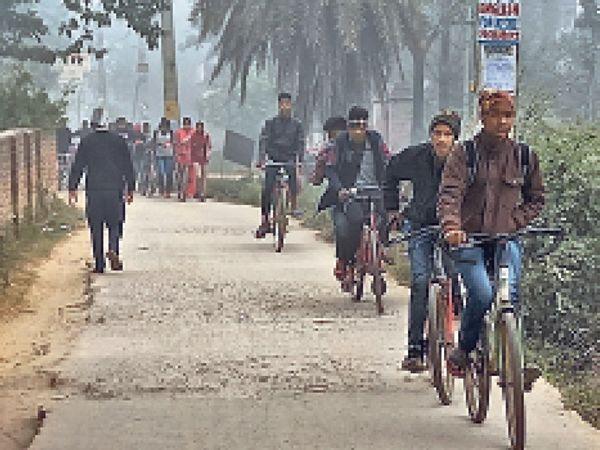 कोहरे के बीच शनिवार को कोचिंग जाते छात्र। - Dainik Bhaskar