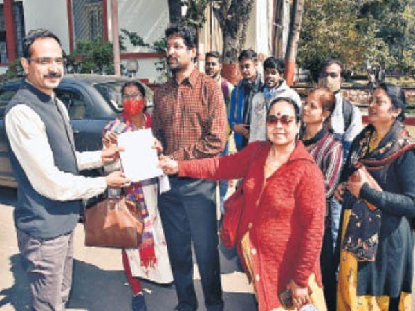 विद्यार्थी विवि द्वारा आयोजित की जा रही वर्चुअल दीक्षांत समारोह की व्यवस्था से नाराज हैं। - Dainik Bhaskar