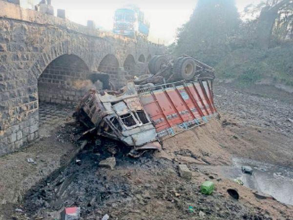 कालीसिंध नदी की बिना रैलिंग की पुलिया से इस तरह गिरा था ट्रक। - Dainik Bhaskar
