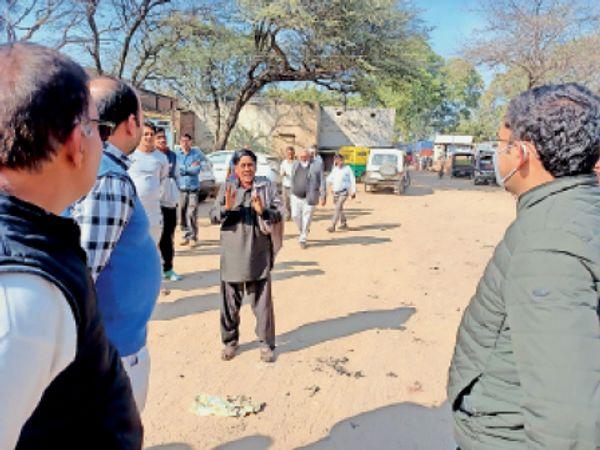 कनीना में गाडिया लोहारों को जगह खाली करने के निर्देश देते अधिकारी। - Dainik Bhaskar