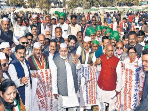 नए कृषि कानून के विरोध में जिले व आसपास के क्षेत्रों से जुड़े किसानों ने ट्रैक्टर रैली निकाली। - Dainik Bhaskar