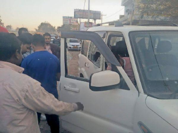 महेंद्रगढ़ दादरी स्टेट हाईवे पर फ्लाईओवर के पास ट्रक का टायर फटने से गाड़ी के टूटे शीशे। - Dainik Bhaskar