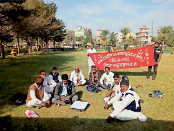 महेंद्रगढ़ के हुड्डा पार्क में बैठक करते निर्माण मजदूर के कारीगर। - Dainik Bhaskar