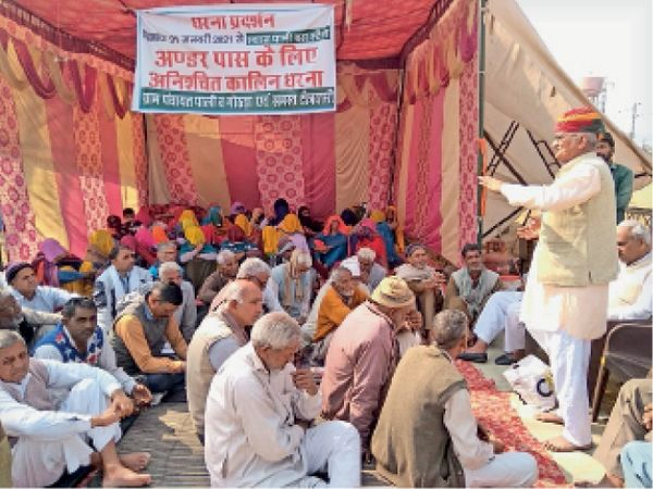 पाली में अंडरपास की मांग को लेकर धरना देते ग्रामीण। - Dainik Bhaskar