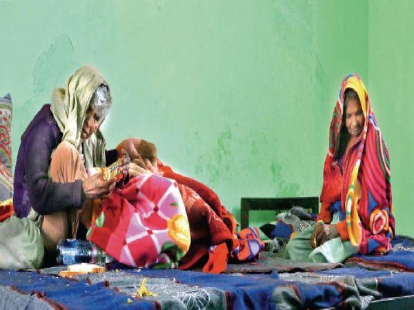 शिप्रा ले जाए गए बुजुर्गों में से तीन को एमआरटीबी अस्पताल के पास स्थित रैन बसेरा में ठहराया है। - Dainik Bhaskar