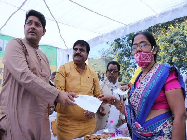 गुढ़ियारी में आयोजित शिविर में महापौर एजाज ढेबर ने लोगों को दिए दस्तावेज। - Dainik Bhaskar