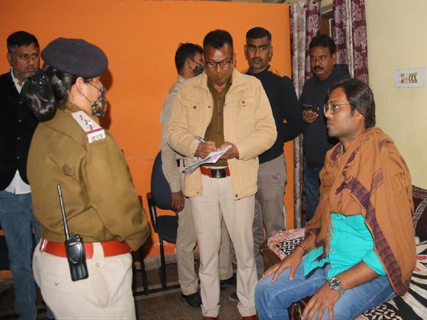 मृतका के पति तरुण से पूछताछ करतीं खम्हारडीह थाने की टीआई ममता शर्मा। - Dainik Bhaskar