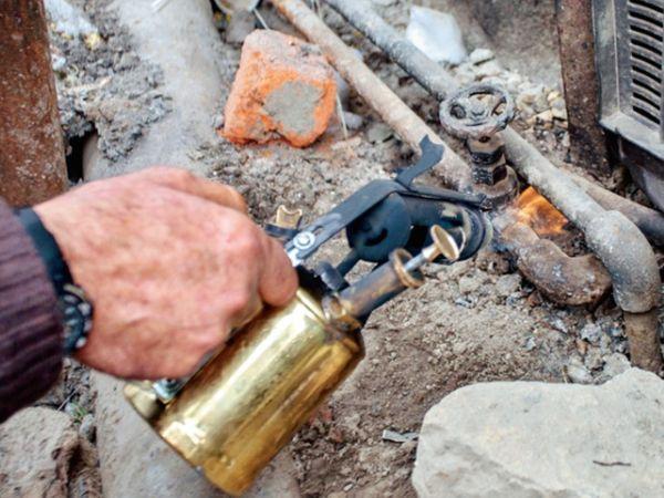 श्रीनगर में पाइप में ठंड से जमे पानी को इस तरह गर्म कर इस्तेमाल में लाया जाता है। - Dainik Bhaskar