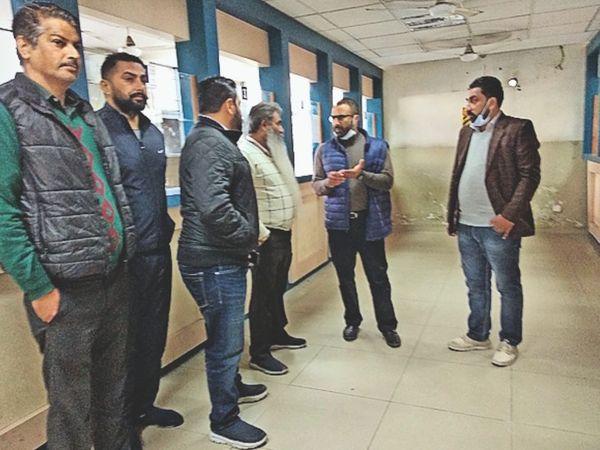 2500 के करीब इंटरलॉक टाइलें लगा पार्किंग बनाई जाएगी। - Dainik Bhaskar