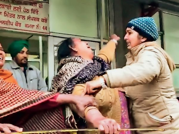 अस्पताल पहुंचे घरवाले को मुश्किल से रिश्तेदारों ने संभाला। - Dainik Bhaskar