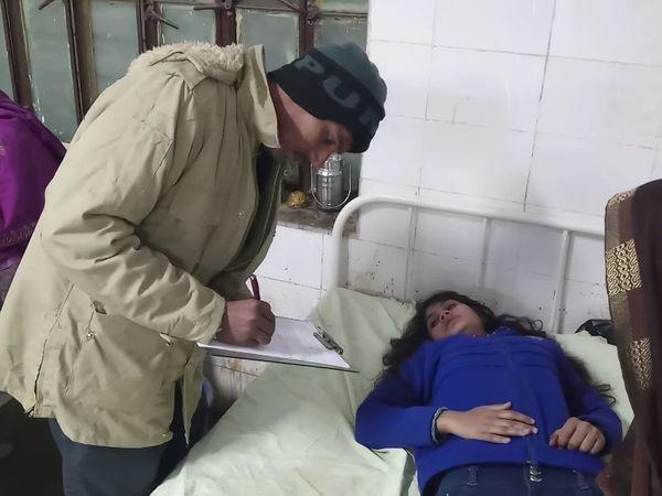 घायलों का अस्पताल में उपचारकरतेहुएचिकित्सा कर्मी - Dainik Bhaskar