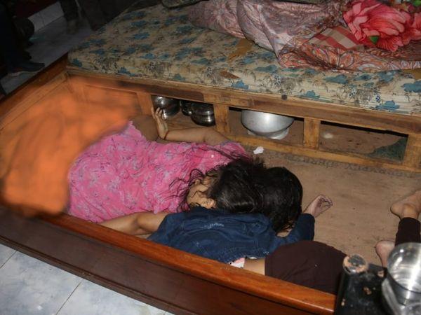 महिला के परिजनों ने  जब पलंब का कबर्ड खोला तो मां-बेटी की लाश इस तरह पड़ी मिली। - Dainik Bhaskar