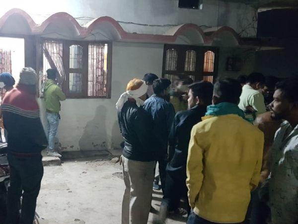 रायपुर के खम्हारडीह इलाके के सतनाम चौक में घटनास्थल पर जमा भीड़।
