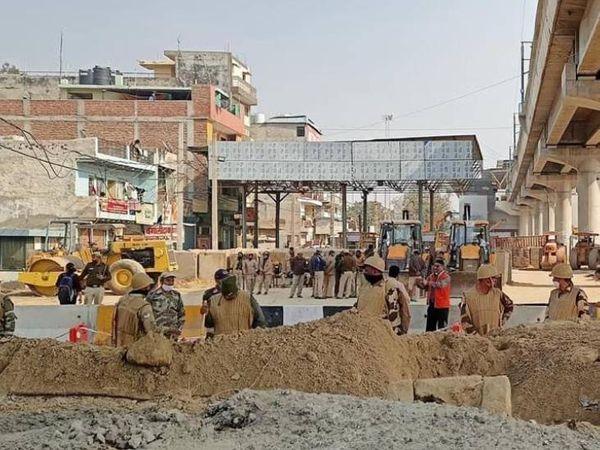 पुलिस ने गाजीपुर बॉर्डर पर सड़कें खोद डाली है। इसकी वजह से अब इस पार से उस पार जाना लगभग नामुमकिन हो गया है।