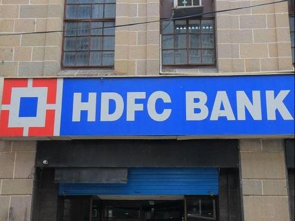 हाल में कई बार बैंक की IT सेवाएं बंद हो गई थीं। इसी के बाद रिजर्व बैंक ने HDFC बैंक पर नए क्रेडिट कार्ड, डेबिट कार्ड जैसी डिजिटल सेवाओं को लांच करने पर रोक लगा दी थी। यह रोक अभी भी जारी है - Money Bhaskar