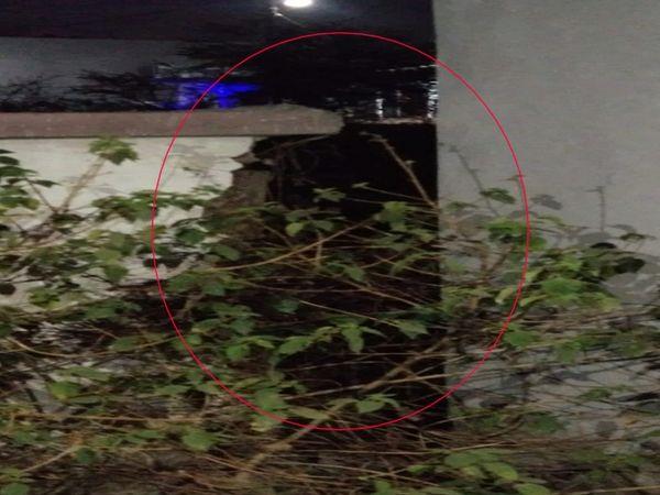 हाई लिंक सिटी में कई जगह दीवारें टूटी हुई है।