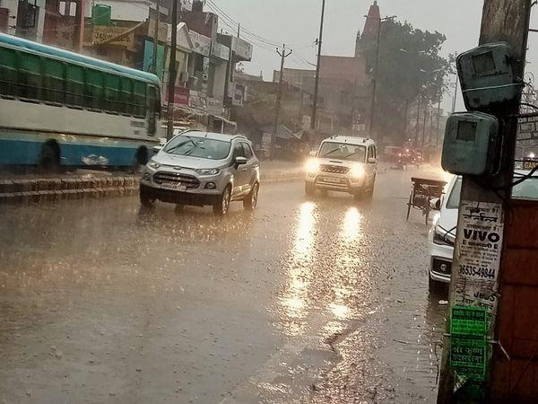 पानीपत में गुरुवार शाम को हुई बारिश के बीच गुजरते वाहन। - Dainik Bhaskar