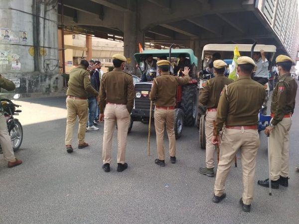 मानसरोवर मेट्रो स्टेशन पर देरी से पहुंचे एक दल को निर्माण नगर जाने से रोकते पुलिसकर्मी।
