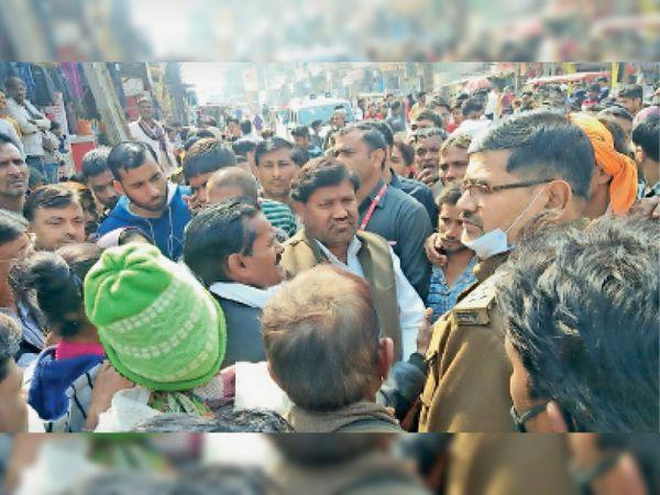 सबलगढ़ में राममंदिर चाैराहे पर चक्का जाम करते खिरकारी से आए महिला-पुरुष। - Dainik Bhaskar