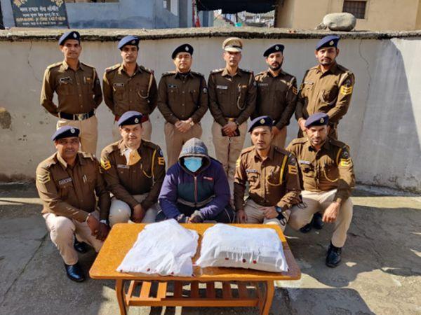दिल्ली से गिरफ्तार किए गए हेरोइन तस्करी गैंग के अफ्रीकी मूल के सरगना के बारे में जानकारी देते कुल्लू पुलिस के अधिकारी। - Dainik Bhaskar