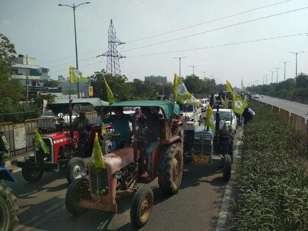 गोपालपुरा बाइपास से अजमेर रोड 200 फीट की ओर से जाने वाले मार्ग पर BRTS कॉरिडोर से गुजरता आंदोलनकारियों का काफिला।