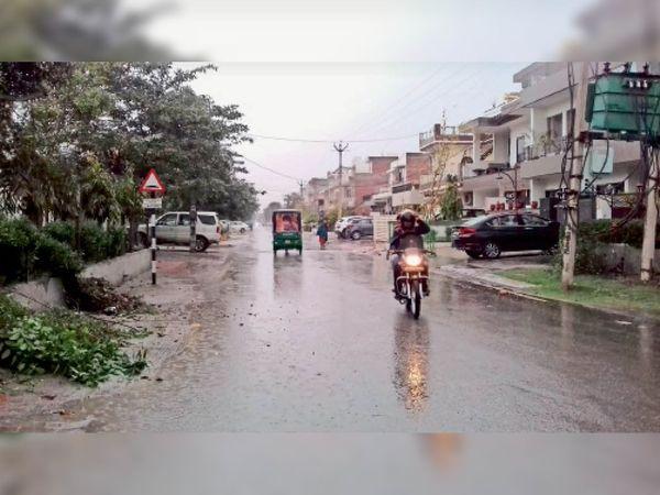 करनाल. सेक्टर-7 में रिमझिम हाेती बारिश में आवागमन करते राहगीर। - Dainik Bhaskar