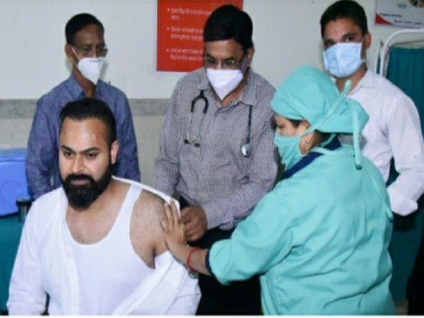 बिलासपुर में कलेक्टर सारांश मित्तर और अधिनस्थ राजस्व और प्रशासनिक अधिकारियों ने कोरोना का टीका लगवाया है। - Dainik Bhaskar