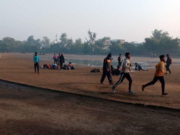 राजिर्ष कॉलेज खेल मैदान पर भरा पानी। - Dainik Bhaskar