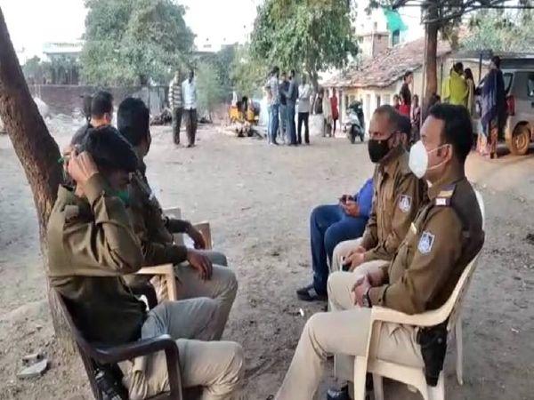 तनाव को देखते हुए मौके पर पुलिस तैनात कर दी गई है।