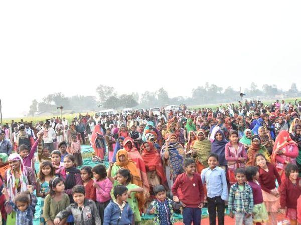 अंबेडकरनगर में आयोजित चौपाल में उमड़े लोग।