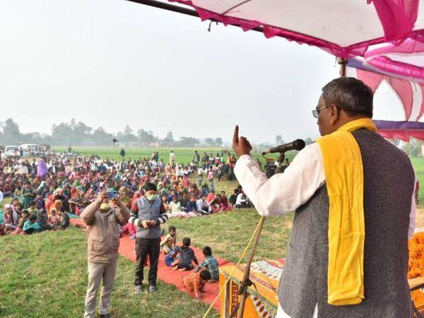 अंबेडकरनगर जिले में आयोजित चौपाल में पूर्व मंत्री ओमप्रकाश राजभर। - Dainik Bhaskar