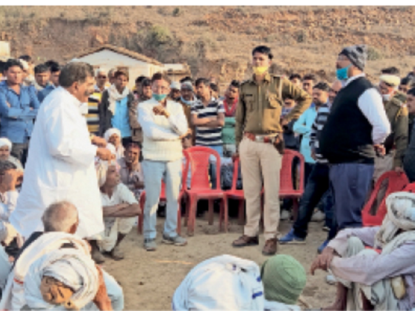 पिनान. भेडोली गांव में विरोध-प्रदर्शन कर रहे ग्रामीणों से समझाइश करते तहसीलदार व थानाधिकारी । - Dainik Bhaskar
