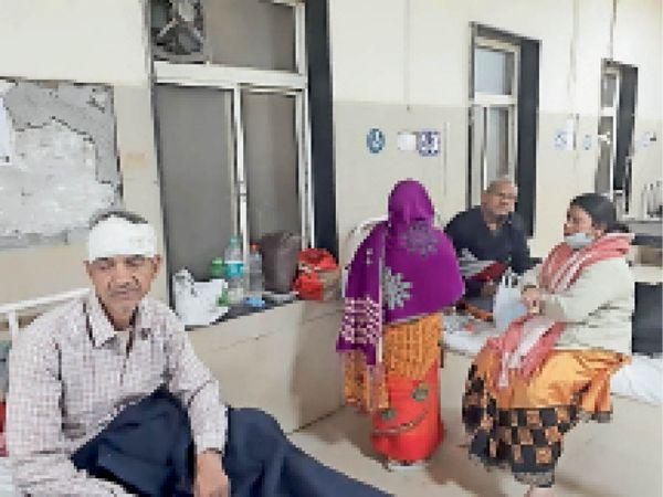 दबंगों के हमले में घायल कपड़ा व्यवसायी इलाज कराते हुए। - Dainik Bhaskar