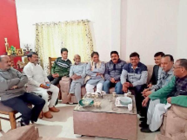 बैठक में उपस्थित निगमायुक्त एवं वयापारी। - Dainik Bhaskar