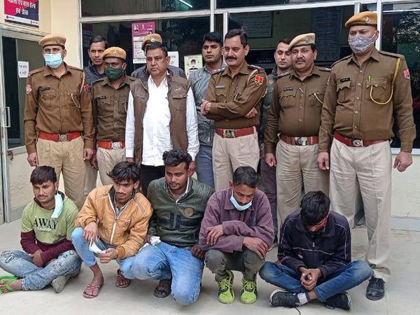 जयपुर के जवाहर नगर थाना पुलिस की गिरफ्त में मोबाइल फोन लूटने वाली गैंग के पांच बदमाश - Dainik Bhaskar