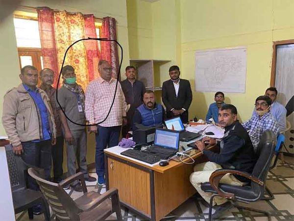 बाड़मेर जिले की गुड़ामालानी तहसील के एसडीएम सुनील कटेवा व उनके ड्राइवर दुर्गाराम (गोले में) को एसीबी ने दस हजार रुपए की रिश्वत लेते गिरफ्तार कर लिया। - Dainik Bhaskar