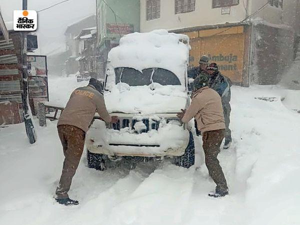शिमला पहुंचे पर्यटकों के लिए गुरुवार को पुलिस मददगार बनी। कई स्थानाें पर गाड़ियां फंस गईं, जिसके बाद पुलिस कर्मियाें ने उन्हें निकालने में मदद की।