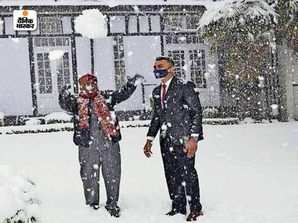 शिमला में बर्फबारी होने के बाद पर्यटकों की तादाद बढ़ने लगी है। तस्वीर में हिमाचल के गवर्नर बंडारू दत्तात्रेय, बर्फबारी के बाद वे भी बर्फ के गोले बनाकर खेलते दिखाई दिए।