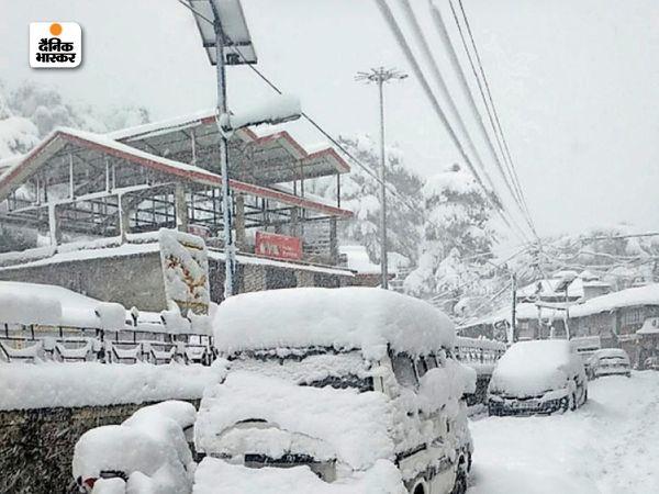 हिमाचल प्रदेश के चायल में गुरुवार को भारी बर्फबारी हुई। बर्फबारी के कारण यहां गाड़ियां बर्फ की मोटी चादर के नीचे दब गईं, जिसके बाद लोग काफी देर तक उसे साफ करते रहे।