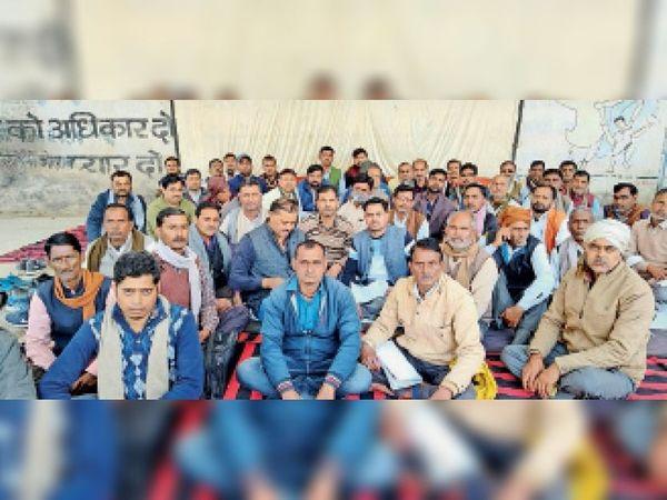 शहर के जिला पंचायत परिसर में धरना देते सहकारी समिति के कर्मचारी। - Dainik Bhaskar