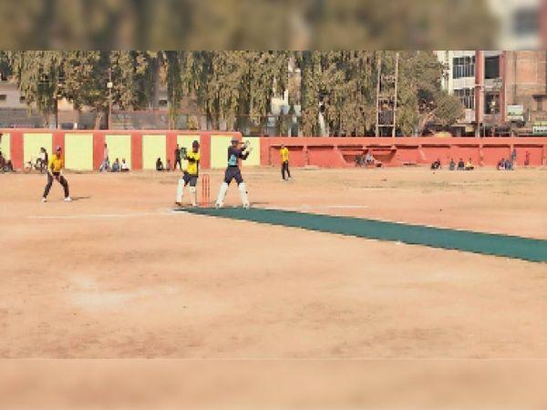 बेगूसराय में बल्लेबाजी करते बेगूसराय नाइट राइडर्स के खिलाड़ी। - Dainik Bhaskar