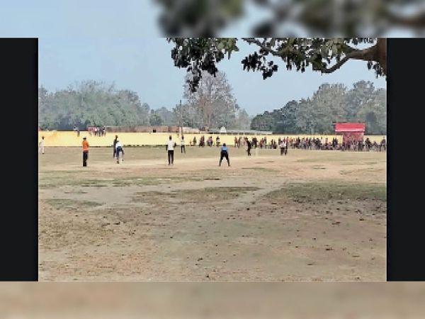 नावकोठी में आयोजित डायमंड जुबली क्रिकेट टूर्नामेंट में बल्लेबाजी करती पकठौल की टीम। - Dainik Bhaskar