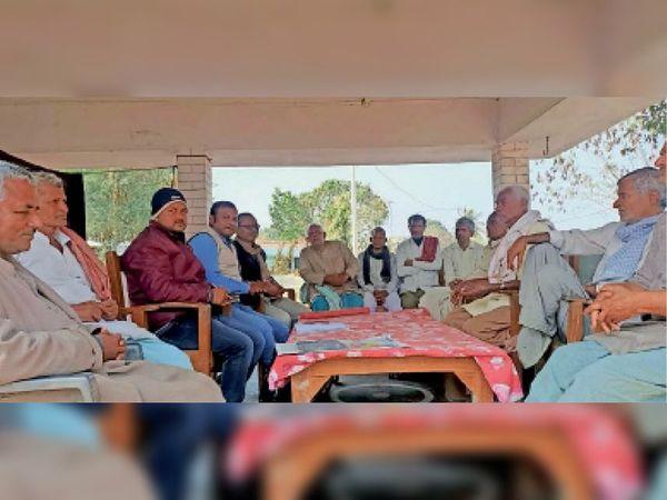 चकमुजजफ्फर में हर खेत पानी पहुंचाने के आहुत बैठक में पदाधिकारी व किसान - Dainik Bhaskar