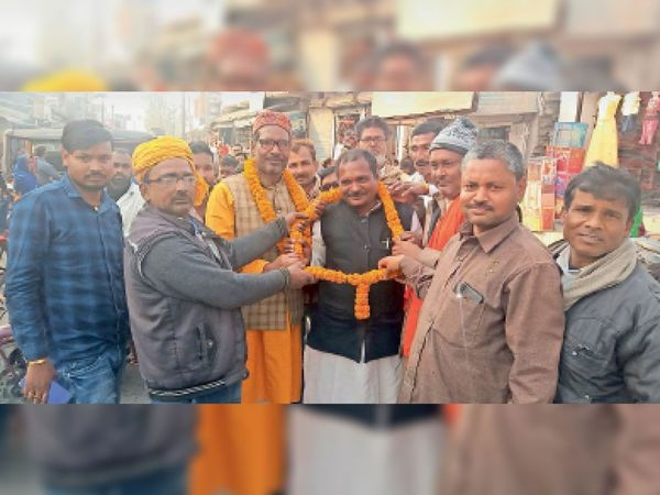 छौड़ाही में जमानत के बाद शुक्रवार को छौड़ाही पहुंचे भाजपा नेताओं का फूल माला पहनाकर स्वागत करते समर्थक। - Dainik Bhaskar