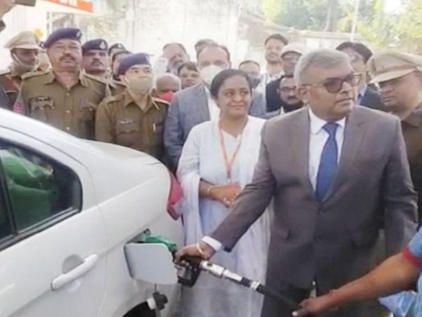 जेल विभाग के डीजी अरविंद कुमार ने अपनी कार में पेट्रोल भरकर शुभारंभ किया। - Dainik Bhaskar
